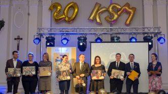 Poprzedni Prezesi KSM odebrali pamiątkowe zdjęcia podczas gali, fot. Marta Rukszto